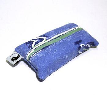 Stoff für die Außenseite mit blauem Blumenmuster, Innenfutter mit weiss-blau-grünem Streifenmuster